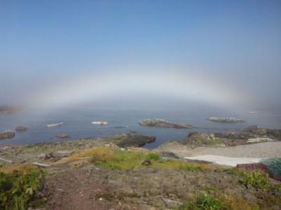 磯にかかった虹
