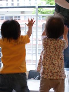ふたりで窓をバンバンと・・。