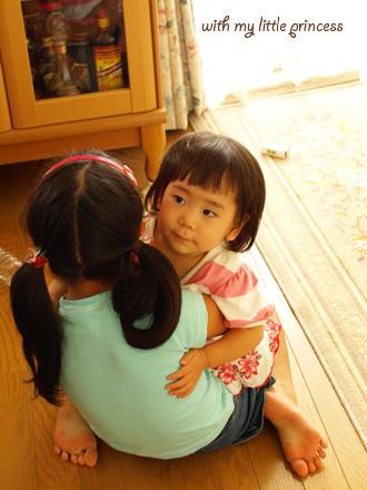 お姉ちゃんに抱っこしてもらって。