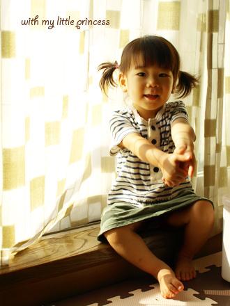 窓辺のちび姫。