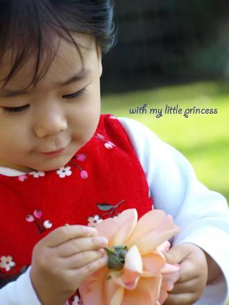 花を見つめる少女。