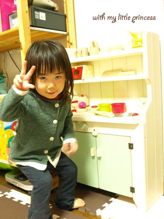 おままごとキッチンの前で、2歳ポーズ!