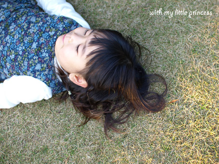 芝生にごろん。