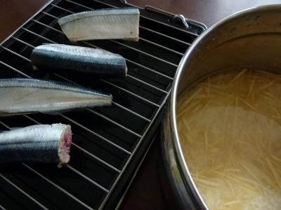 塩した秋刀魚と浸水中のお米