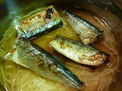 秋刀魚が焼きあがったらドボンして一緒に炊く!