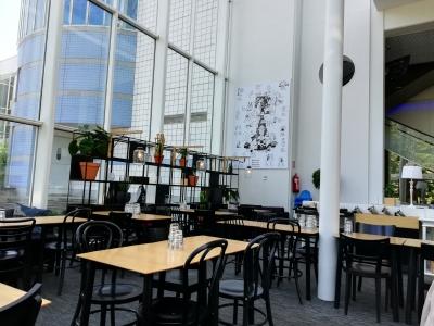 美術館のカフェにて