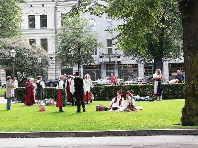 大通公園に民族衣装の方々が!