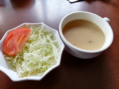 サラダとマッシュルームスープ