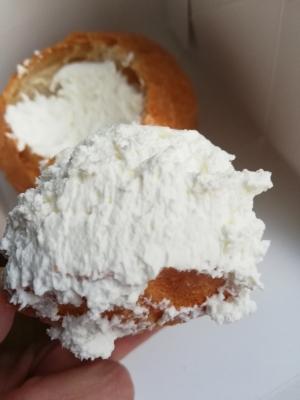 ケーキ用の生クリームとフランスパンのハーモニー