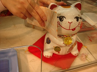 購入したくじを猫ちゃんにすりすり・・・