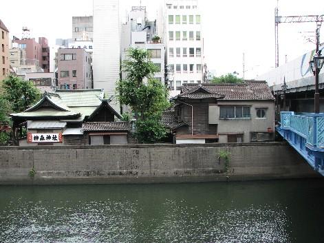 橋の北側から神田川を眺める