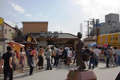 柴又駅と寅さん像