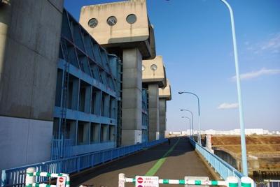 青水門と橋