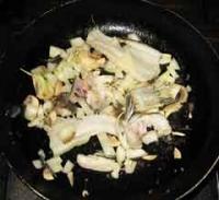 フュメを取るためにガラを炒める