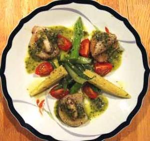 帆立貝の温製サラダ バジル風味のヴィネグレット
