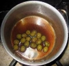 オリーブを加えて煮詰める