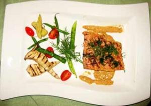 サーモンと野菜のグリエ ソース・ショロン
