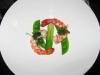 皿に海老と付けあわせを盛りつける