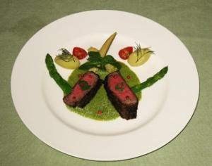 牛イチボ肉のグリル バジルソース