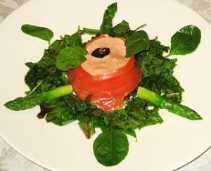 スモークサーモンと温泉卵の大西洋風サラダ