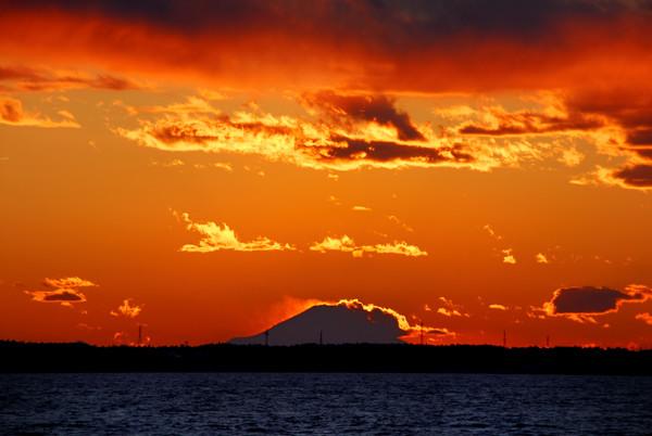 燃ゆる空と黒富士