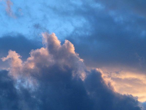 大きな雲が暮れてゆく太陽を惜しむ