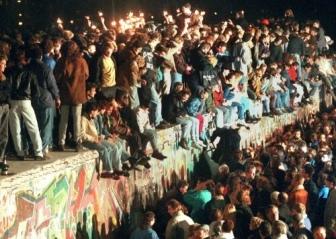 s336_deutsche_einheit_feiern_an_der_Mauer.jpg