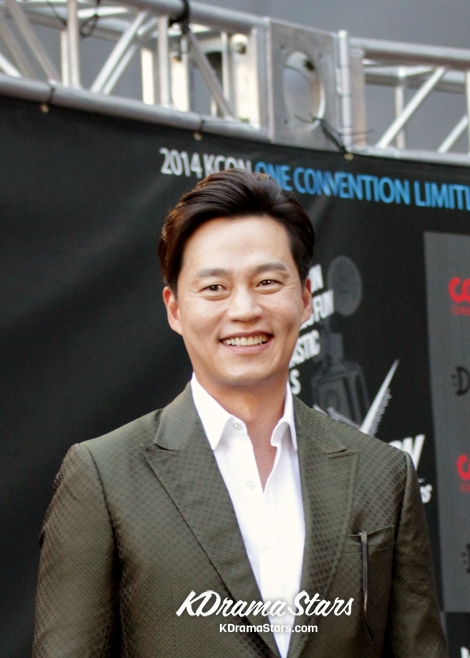lee-seo-jin-attends-kcon-red-carpet-event-in-los-angeles-august-10-2014-photos.jpg