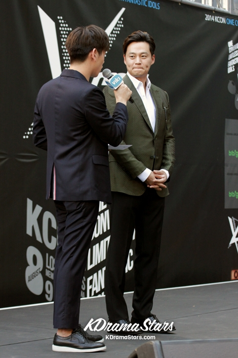 lee-seo-jin-attends-kcon-red-carpet-event-in-los-angeles-august-10-2014-photos.jpg-4.jpg