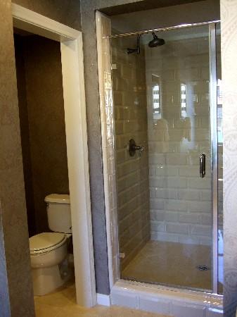 シャワーブースとトイレ