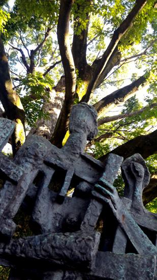 オブジェと大きな木