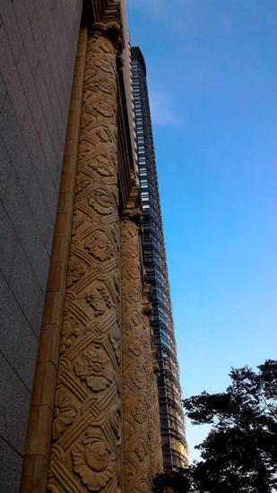 美しく高いビルが並んでいます。