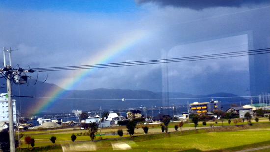 車窓から見える美しい虹