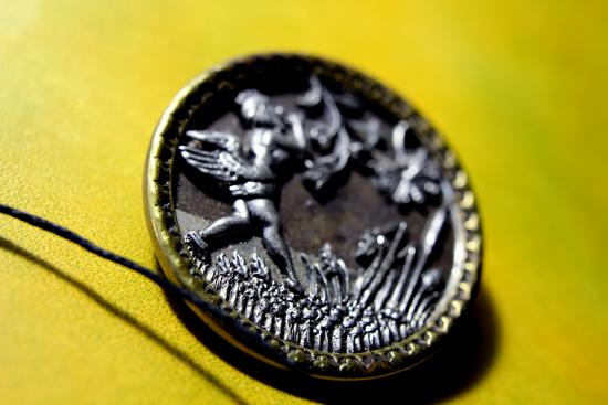 上質革とヴィンテージ・ボタン