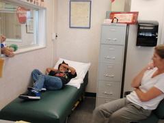 医務室で休んでた康平とナースのキャシー。