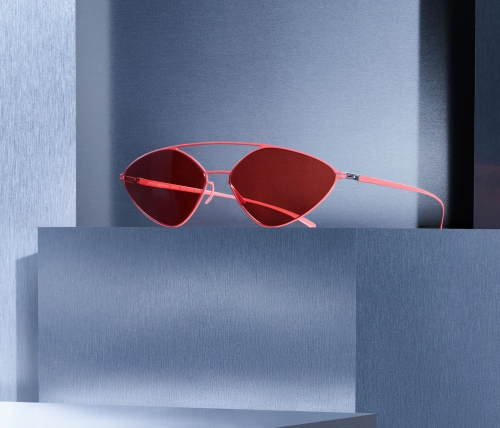09-mykita-maison-margiela-campaign-2019-09-mmesse23-baywatch-red-ultra-red-solid-srgb-header[1].jpg