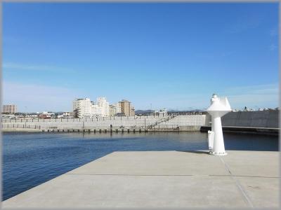 湯川漁港から温泉街を望む