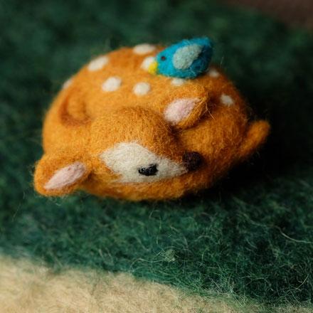 はねつきりんご奈良登美ヶ丘産経学園羊毛フェルト講座眠り小鹿ブローチ