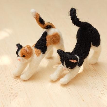 はねつきりんご三毛猫白黒猫のびポーズ