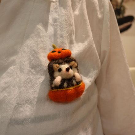はねつきりんご奈良登美ヶ丘産経学園羊毛フェルト講座ハロウィンはりねずみブローチ