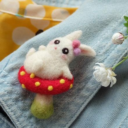 はねつきりんご奈良登美ヶ丘産経学園羊毛フェルト講座きのこうさぎのブローチ