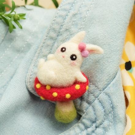 はねつきりんご奈良登美ヶ丘産経学園羊毛フェルト講座きのこうさぎブローチ