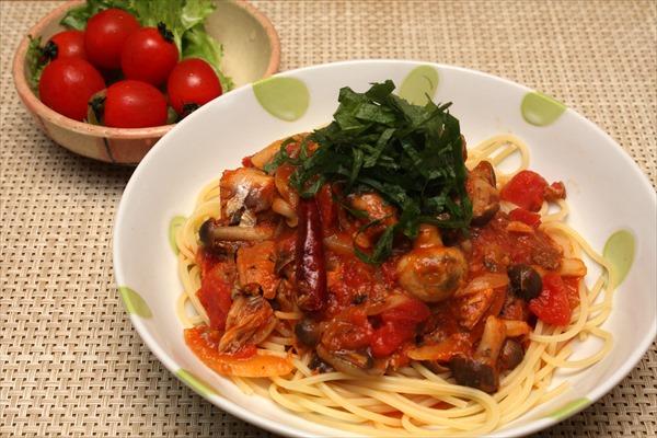 サバ味噌煮缶のトマトソースパスタ