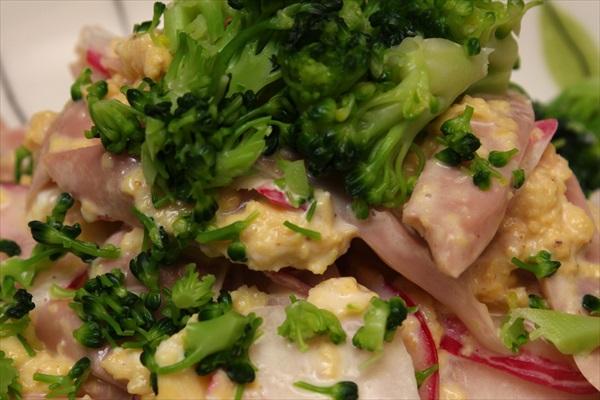 魚肉ソーセージと卵のサラダ