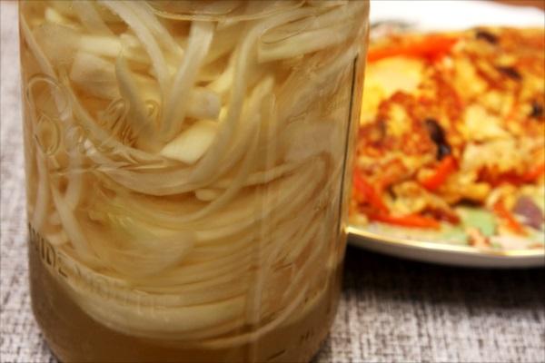 玉ねぎのオムレツ、スープ、酢漬け