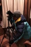 食事の合間に夜空撮影の準備をするyamaさん。