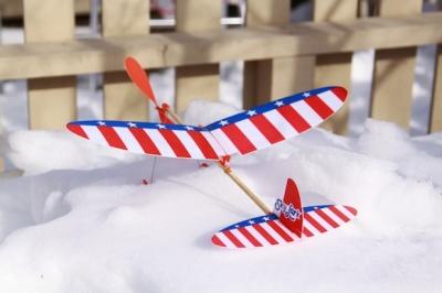 雪上で待機中のゴム飛行機