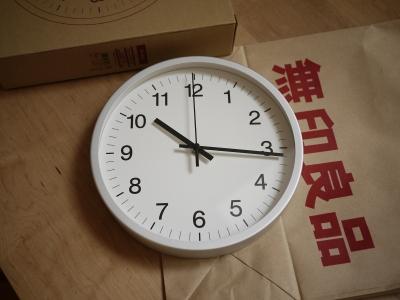 アルミの掛け時計は、前からMUJIにも売ってたんですが、 文字が少し大きくて・・・。 文字が小さいタイプのものがちょっと前に新しく発売されていて、