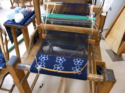織り機。絵絣の作り方は何度聞いても信じられない。