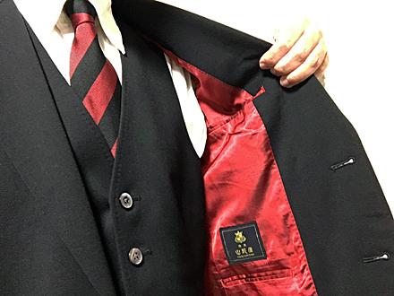 コンサドーレオフィシャルスーツに赤黒模様のネクタイ